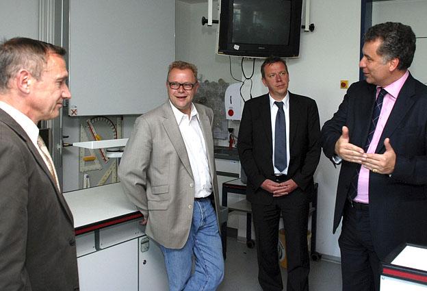 Im Elsterschlossgymnasium informierte Schulleiter Martin Goebel (l.) die Gäste über aktuelle Projekte der Schule.